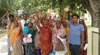 राशन कार्ड न बनने पर ग्रामीणों ने किया प्रदर्शन