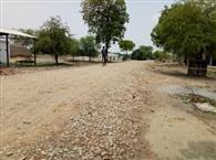 गांव की सड़कें बदहाल, नालियां जाम