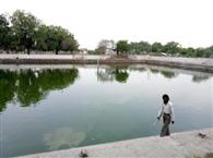 मलबों से पटे तालाब, जीर्णोद्धार बना ख्वाब