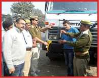 traffic police taught lesson of save accident to drivers