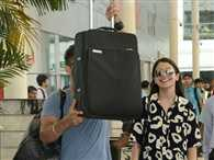 Virat pretended to do a cover-up act at the Mumbai airport, Anushka smiles