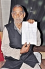 अपने अस्तित्व के लिए भटक रहा 80 साल का बुजुर्ग टीकाराम