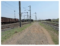 जर्जर सड़क से रेलकर्मियों को हो रही परेशानी