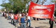बिजली संविदा कर्मियों ने निकाला अर्धनग्न जुलूस