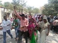 ग्रामीणों ने किया कोटेदार के खिलाफ प्रदर्शन