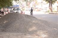 सड़क को बना दिया रेत, बजरी का गोदाम