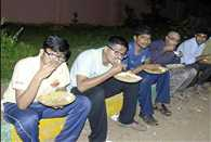 Students eat nonveg food outside in this karnataka medical college