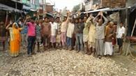 सड़क निर्माण को लेकर ग्रामीणों ने किया प्रदर्शन