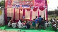 भूख हड़ताल पर बैठे ग्रामीण तो अफसरों की खुलीं आंखें