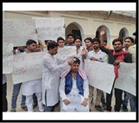 छात्रसंघ भवन पर हमजा ने सिर मुंडवाया