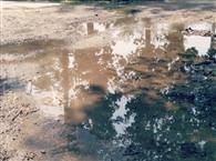 पानी की निकासी न होने से टूट रही सड़क