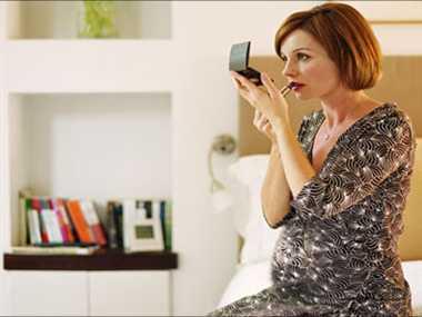 गर्भावस्था में कम मेकअप करें