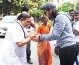 किसी से मिलाया हाथ तो किसी से लिया आशीर्वाद, रणवीर सिंह यूं जीत रहे हैं सबका दिल, देखें तस्वीरें