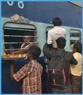 ट्रेन में चढ़ने को यात्रियों में मारामारी