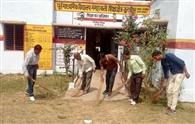 शिक्षकों ने स्कूलों में झाडू लगाकर की सफाई