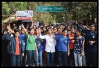 शुल्क वृद्धि के खिलाफ सड़क पर उतरी छात्राएं