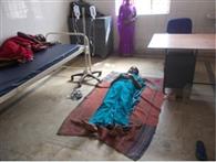सारवां सीएचसी में जमीन पर हुआ मरीज का इलाज