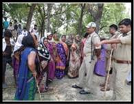 अस्थाई शराब दुकान पर ग्रामीणों ने बोला धावा