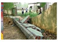 हाथियों के हमले में ढही स्कूल की चहारदीवारी
