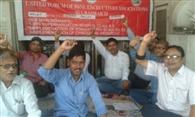 भूख हड़ताल पर डटे बीएसएनएल कर्मी