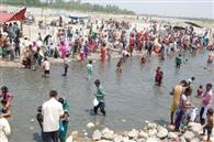 अमावस्या पर यमुना नदी में किया स्नान
