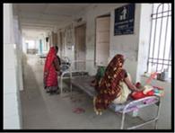 बरामदे पर मरीज का इलाज, शौचालय में ताला
