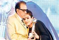 Dharmendra felicitates Raveena Tandon for her achievements