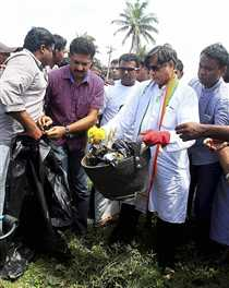 Tharoor leads sanitation drive in his constituency