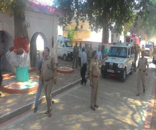 फर्रुखाबाद की जिला जेल में कैदियों व बंदी रक्षकों के बीच पथराव व आगजनी