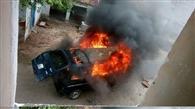 चलती हुई मारुति वैन में लगी आग,सवार सुरक्षित