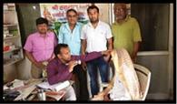 हनुमान धाम पर कैंप में मरीजों की जांच