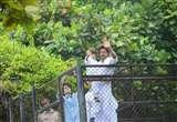ईद में बेटे अबराम को खिलौने देते हैं शाहरुख़