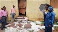 स्कूल का दरवाजा तोड़ एमडीएम का चावल खा गए हाथी