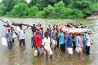 नदी में उफान के कारण 30 घंटे बाद हो सका अंतिम संस्कार, बारिश का दौर जारी