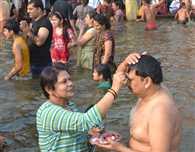 Siblings take holy dip in Yamuna on Yam Dwitiya