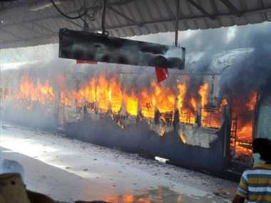 a  passenger train is burnt in nander and manmad route