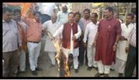 बिजली दर में वृद्धि के खिलाफ मुख्यमंत्री का फूंका पुतला