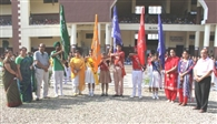 छात्रों के नए विभागों ने ध्वजों के साथ ली शपथ