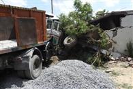तेज रफ्तार ट्रक घर में घुसा, मां-बच्चों समेत छह घायल
