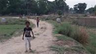 कोसियावां गांव के लिए पगडंडी ही सहारा
