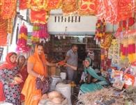 चैत्र नवरात्रे: बाजारों में नवरात्रों की धूम, सजे मंदिर, खरीददारी को उमड़े श्रद्धालु