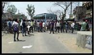 छात्रवृति की मांग को ले छात्रों ने किया सड़क जाम