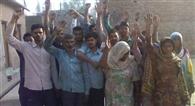 राशन डीलर के खिलाफ ग्रामीणों का प्रदर्शन