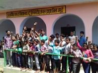 समय पर विद्यालय नहीं खुलने पर ग्रामीणों ने किया हंगामा