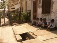 सड़क के किनारे मिड डे मिल खा रहे है स्कूली बच्चे