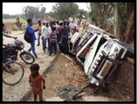 डीजे वाहन पेड़ से टकराया, दो लोगों की मौत