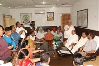 नोटिस पर भाजपा पार्षदों ने निगम कमिश्नर कार्यालय में किया हंगामा