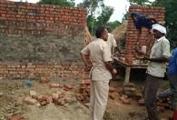 चकरोड पर दीवार निर्माण को लेकर तनाव
