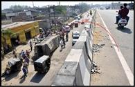 ट्रांसपोर्ट नगर के फ्लाईओवर से नीचे गिरा ट्रक, ऑटो चपेट में आया