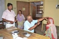 सीतापुर अस्पताल में 225 मरीजों का नेत्र परीक्षण